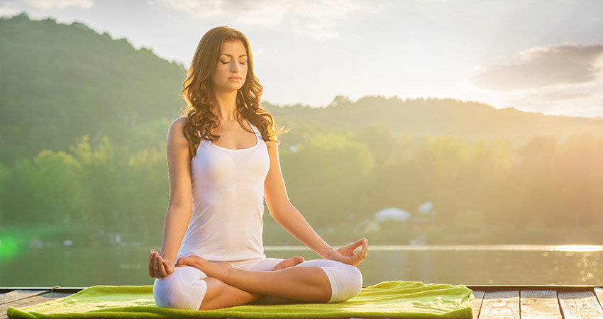 Девушка релаксирует с помощью йоги